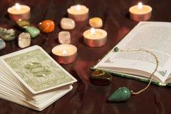 Carte di tarocchi con il libro ed il pendolo Fotografie Stock Libere da Diritti