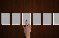 Carte di tarocchi con una mano che sceglie le carte illustrazione di stock