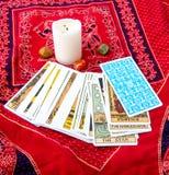 Carte di tarocchi e candela bruciante Fotografie Stock