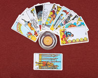 Carte di tarocchi e candela bruciante fotografie stock libere da diritti
