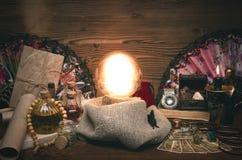 Carte di tarocchi e della sfera di cristallo La seduta Lettura del destino e del futuro immagini stock libere da diritti
