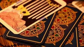 Carte di tarocchi mistiche che leggono futuro archivi video