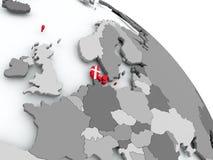 Carte du Danemark avec le drapeau sur le globe Image stock