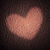Carte du jour de Valentine Symbole d'amour de coeur sur le fond en cuir rouge Photo stock