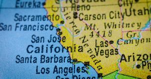 Carte du monde avec la carte de région de la Californie banque de vidéos