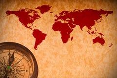 Carte du monde avec le compas sur le papier de cru photographie stock libre de droits