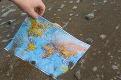 Carte du monde dans des mains 4 Photo libre de droits