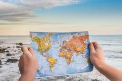 Carte du monde dans des mains Photos libres de droits