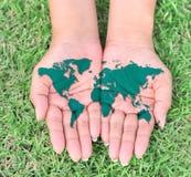 Carte du monde dans des vos mains photos stock