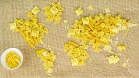 Carte du monde fait de pâtes crues sur le fond de tissu Photos stock