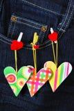 Carte du ` s de Valentine avec des coeurs sur la poche de denim Image stock