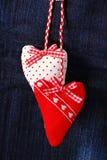Carte du ` s de Valentine avec des coeurs sur le fond de denim Photos stock