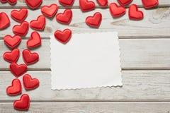 Carte du `s de Valentine Coeurs rouges de textile avec la feuille pour votre texte sur le conseil en bois blanc Photos libres de droits
