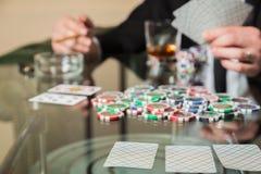Carte e chip della mazza sulla tavola Immagini Stock Libere da Diritti