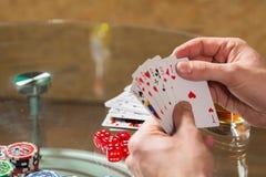 Carte e chip della mazza sulla tavola Immagine Stock