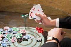 Carte e chip della mazza sulla tavola Fotografia Stock