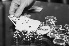 Carte e chip della mazza sulla tavola Fotografie Stock Libere da Diritti