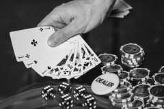 Carte e chip della mazza sulla tavola Immagini Stock