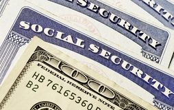 Carte e contanti di sicurezza sociale che rappresentano le finanze e Retirem Fotografia Stock Libera da Diritti