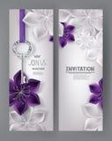 Carte eleganti dell'invito con i fiori porpora e bianchi e la chiave Immagine Stock