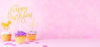 Carte en pastel créative de vacances d'imagination avec le petit gâteau, birthda heureux photo stock