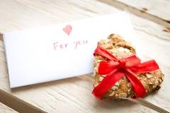 Carte et biscuit de Saint-Valentin Photographie stock libre de droits