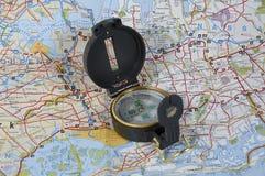 Carte et compas Photo stock