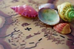 Carte et coquilles cachées de trésor Photographie stock