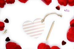 Carte et crayon de coeur sur le fond blanc de pétales de rose Pour le jour heureux ou les valentines du ` s de femmes Photos stock