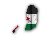 Carte et drapeau de la Palestine sur le bois superficiel par les agents Image stock