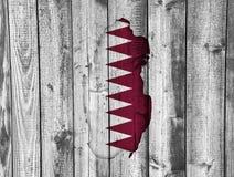 Carte et drapeau du Qatar sur le bois superficiel par les agents Image stock