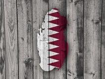 Carte et drapeau du Qatar sur le bois superficiel par les agents Photos stock