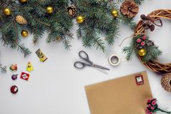 Carte et enveloppe de Joyeux Noël Fond de décoration de Noël Configuration plate, vue supérieure photo libre de droits