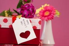 Carte et fleurs heureuses de jour de mères sur des boîte-cadeau Images stock