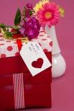 Carte et fleurs heureuses de jour de mères sur des boîte-cadeau Photos libres de droits