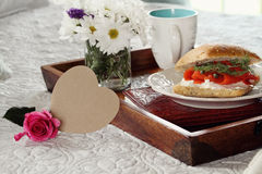 Carte et petit déjeuner en forme de coeur Photos stock