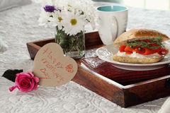 Carte et petit déjeuner en forme de coeur de jour de mères Photos stock