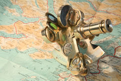 Carte et sextant Images stock
