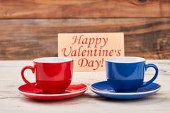 Carte et tasses de jour du ` s de Valentine Photographie stock