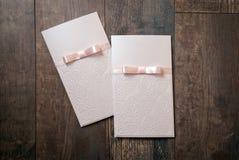 Carte faite main avec les détails de relief et arc de rose sur le backgro en bois Photographie stock