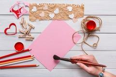 Carte faite main diy de Saint Valentin faisant, vue supérieure sur le bois Photos libres de droits