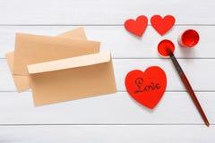 Carte faite main diy de Saint Valentin faisant, vue supérieure sur le bois Images stock