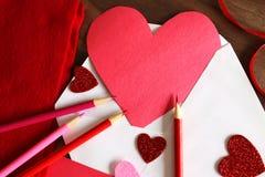 Carte faite maison de Valentine de jour en forme de coeur du ` s dans l'enveloppe Photos libres de droits