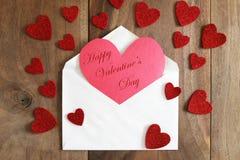 Carte faite maison en forme de coeur de jour du ` s de Valentine sur Backgr en bois rustique Image libre de droits