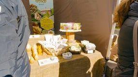 Carte fatte a mano e decorazioni, candele dell'ape Immagini Stock Libere da Diritti