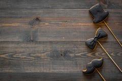 Carte felici di giorno del ` s del padre Biscotti dello smoking, dei baffi e del cappello Modello bianco di vista superiore del f Fotografia Stock