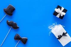 Carte felici di giorno del ` s del padre Smoking, baffi e biscotti e regalo del cappello Copyspace blu di vista superiore del fon Fotografie Stock Libere da Diritti