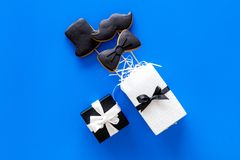 Carte felici di giorno del ` s del padre Smoking, baffi e biscotti e regalo del cappello Copyspace blu di vista superiore del fon Fotografia Stock Libera da Diritti