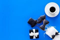 Carte felici di giorno del ` s del padre Smoking, baffi e biscotti e regalo del cappello Copyspace blu di vista superiore del fon Immagine Stock