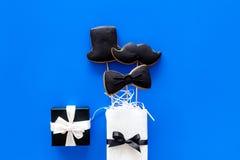 Carte felici di giorno del ` s del padre Smoking, baffi e biscotti e regalo del cappello Copyspace blu di vista superiore del fon Fotografie Stock